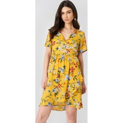 Rut&Circle Kopertowa sukienka Eleonor - Multicolor,Yellow. Zielone sukienki z falbanami marki Emilie Briting x NA-KD, l. W wyprzedaży za 101,48 zł.