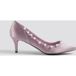 NA-KD Shoes Czółenka z perłami - Purple. Fioletowe buty ślubne damskie marki NA-KD Shoes, z satyny. Za 121,95 zł.