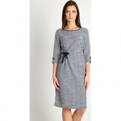 Szara melanżowa sukienka z wiązaniem QUIOSQUE. Szare sukienki balowe marki QUIOSQUE, do pracy, melanż, z dzianiny, z dekoltem na plecach. W wyprzedaży za 139,99 zł.