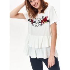 T-SHIRT DAMSKI Z HAFTEM, Z PODWÓJNĄ FALBANĄ. Czerwone t-shirty damskie marki bonprix, na lato, w grochy, z dzianiny, z podwójnym kołnierzykiem, moda ciążowa, dopasowane. Za 34,99 zł.