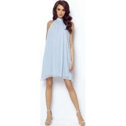 Niebieska Zwiewna Koktajlowa Sukienka z Dekoltem Halter na Stójce. Niebieskie sukienki balowe marki Molly.pl, na imprezę, l, z tkaniny, z dekoltem halter, dopasowane. Za 239,90 zł.