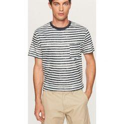 T-shirt w paski z kieszonką - Granatowy. Niebieskie t-shirty męskie marki Reserved, m, w paski. W wyprzedaży za 24,99 zł.