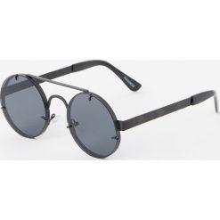 Okrągłe okulary przeciwsłoneczne z metalowym mostkiem. Czarne okulary przeciwsłoneczne damskie aviatory Pull&Bear, okrągłe. Za 49,90 zł.