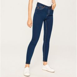Jeansy z wysokim stanem - Granatowy. Niebieskie spodnie z wysokim stanem marki Reserved, z jeansu. Za 79,99 zł.