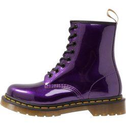 Dr. Martens 1460 VEGAN CHROME PASCAL Botki sznurowane dark purple chrome metallic. Fioletowe botki damskie skórzane Dr. Martens, na sznurówki. Za 629,00 zł.