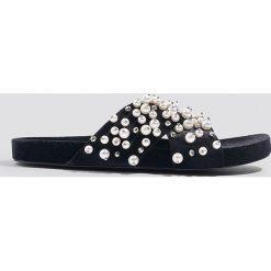Kapcie damskie: NA-KD Shoes Kapcie z aksamitu z koralikami – Black