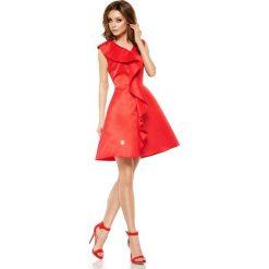 Oszałamiająca sukienka z falbaną czerwony JULIANNA. Czerwone sukienki balowe marki Lemoniade, na imprezę, na lato, z kołnierzykiem typu kielich. Za 159,90 zł.