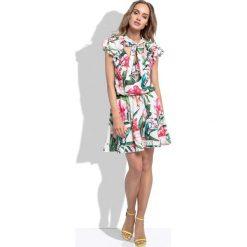 Sukienki: Białą Letnia Sukienka z Tropikalnym Wzorem z Ozdobnymi Falbankami