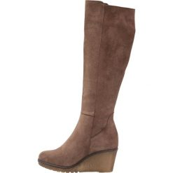 KIOMI Kozaki na koturnie taupe. Brązowe buty zimowe damskie KIOMI, z materiału, na koturnie. Za 549,00 zł.
