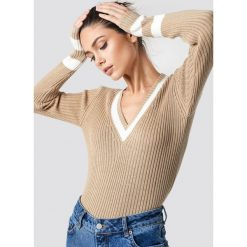 NA-KD Sweter z detalem - Beige. Brązowe swetry klasyczne damskie NA-KD, z dzianiny, dekolt w kształcie v. Za 121,95 zł.