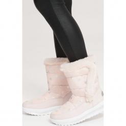Różowe Śniegowce Twin. Czerwone buty zimowe damskie marki vices, z okrągłym noskiem, na płaskiej podeszwie. Za 99,99 zł.