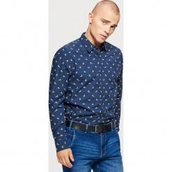 Świąteczna koszula z mikrowzorem - Granatowy. Niebieskie koszule męskie na spinki Cropp, l. Za 69,99 zł.