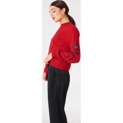 NA-KD Bluza z wyszywanymi różami na rękawach - Red. Czerwone długie bluzy damskie NA-KD. Za 133,95 zł.