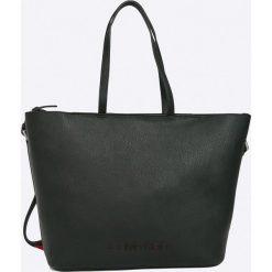 Calvin Klein - Torebka. Czarne torebki klasyczne damskie marki Calvin Klein, w paski, z materiału, duże. W wyprzedaży za 539,90 zł.