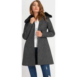 Odzież damska: Płaszcz z futrzanym kołnierzem