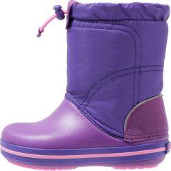 Crocs CROCBAND LODGEPOINT  Kozaki amethyst/ultraviolet. Fioletowe buty zimowe damskie marki Crocs, z gumy, na wysokim obcasie. W wyprzedaży za 129,35 zł.