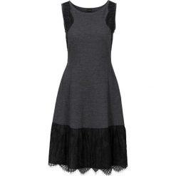 Sukienka dzianinowa bonprix szary melanż. Szare sukienki dzianinowe bonprix, z aplikacjami, dopasowane. Za 109,99 zł.