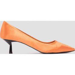 NA-KD Shoes Satynowe czółenka na niskim obcasie - Orange. Pomarańczowe buty ślubne damskie NA-KD Shoes, z satyny, na niskim obcasie. W wyprzedaży za 48,59 zł.