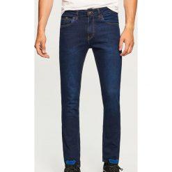 Jeansy slim fit - Niebieski. Niebieskie jeansy męskie regular Reserved. Za 89,99 zł.