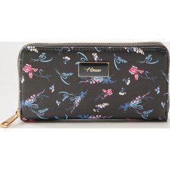 825533f8d2622 Portfel w kwiaty - Wielobarwn. Czarne portfele damskie House, w kwiaty.
