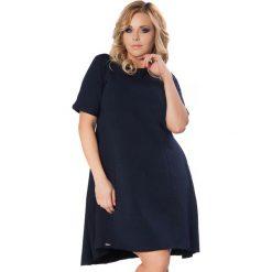 Granatowa Sukienka do Pracy z Wydłużonym Tyłem PLUS SIZE. Niebieskie sukienki dresowe marki Molly.pl, do pracy, plus size, biznesowe, plus size, z krótkim rękawem, mini, oversize. Za 169,90 zł.