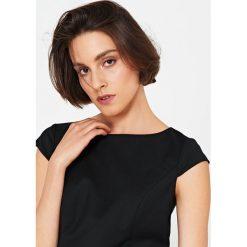 Simple - Sukienka. Szare sukienki balowe marki Simple, z elastanu, z dekoltem w łódkę, z krótkim rękawem, mini, dopasowane. Za 699,90 zł.