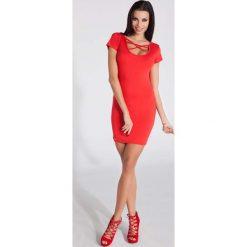 Sukienki: Czerwona Dopasowana Mini Sukienka z Intrygującym Dekoltem