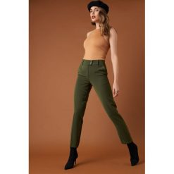 Spodnie z wysokim stanem: NA-KD Trend Spodnie garniturowe z guzikami - Green