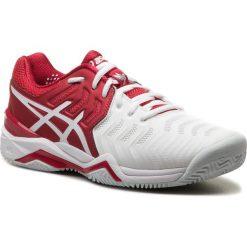 Buty ASICS - Gel-Resolution Novak Clay E806N  Classic Red/White/Silver. Białe buty fitness męskie marki Asics, z materiału. W wyprzedaży za 419,00 zł.