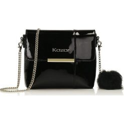 Czarna torebka przez ramię. Czarne torebki klasyczne damskie marki Kazar, w paski, ze skóry, z tłoczeniem, z frędzlami. Za 469,00 zł.
