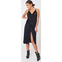 NA-KD Kopertowa sukienka z wyszywanymi gwiazdami - Black. Czarne sukienki na komunię marki NA-KD, z haftami, z satyny, z kopertowym dekoltem, midi, kopertowe. W wyprzedaży za 121,77 zł.