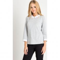 Szary sweter z białym kołnierzykiem QUIOSQUE. Szare swetry rozpinane damskie QUIOSQUE, uniwersalny, z jeansu. W wyprzedaży za 99,99 zł.