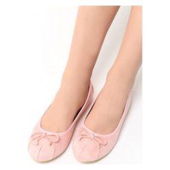 Różowe Baleriny Adera. Czerwone baleriny damskie z kokardą marki Born2be, w kratkę, ze skóry, na płaskiej podeszwie. Za 39,99 zł.