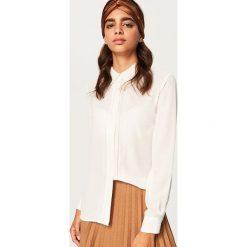 Odzież damska: Koszula z ozdobnymi detalami - Biały