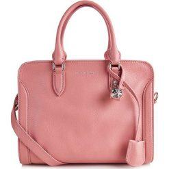Torebki klasyczne damskie: Skórzana torebka w kolorze jasnoróżowym – (S)30 x (W)22 x (G)15 cm
