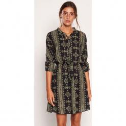 Sukienka w kolorze zielono-czarnym ze wzorem. Czarne sukienki marki Dioxide, s, w geometryczne wzory, midi. W wyprzedaży za 129,95 zł.