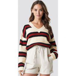 NA-KD Sweter w paski - Offwhite. Szare swetry klasyczne damskie NA-KD, z dzianiny, dekolt w kształcie v. Za 161,95 zł.