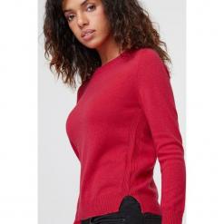 Kaszmirowy sweter w kolorze jagodowym. Czerwone swetry klasyczne damskie marki Rodier, z dzianiny, z okrągłym kołnierzem. W wyprzedaży za 391,95 zł.