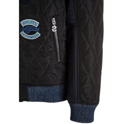 Desigual CUT Kurtka zimowa navy. Niebieskie kurtki chłopięce zimowe marki Desigual, z elastanu. W wyprzedaży za 359,10 zł.