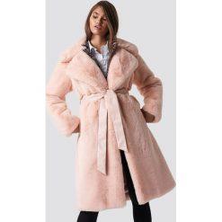 Hannalicious x NA-KD Płaszcz sztuczne futro z paskiem - Pink. Różowe futra damskie Hannalicious x NA-KD, w paski, z futra. Za 607,95 zł.
