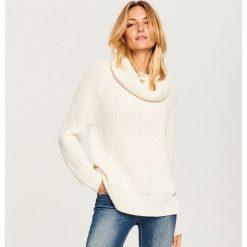Sweter z obszernym golfem - Kremowy. Białe golfy damskie Reserved, l. Za 69,99 zł.