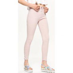 Spodnie damskie: Jeansy high waist - Różowy