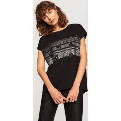 T-shirt z nadrukiem - Czarny. Czarne t-shirty damskie marki Reserved, l, z nadrukiem. W wyprzedaży za 14,99 zł.
