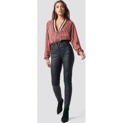 NA-KD Jeansy Coated - Black. Czarne jeansy damskie NA-KD, z podwyższonym stanem. Za 202,95 zł.