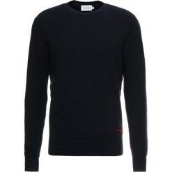 Calvin Klein STRUCTURED  Sweter blue. Pomarańczowe swetry klasyczne męskie marki Calvin Klein, l, z bawełny, z okrągłym kołnierzem. Za 499,00 zł.