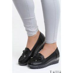 Czarne Koturny Sparks. Czarne buty ślubne damskie marki Kazar, z materiału, na wysokim obcasie, na koturnie. Za 79,99 zł.