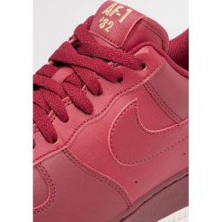 Tenisówki męskie: Nike Sportswear AIR FORCE Tenisówki i Trampki team red/summit white/metallic gold