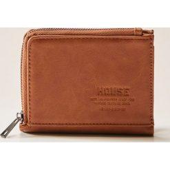 Portfel z eco skóry - Beżowy. Czerwone portfele męskie marki House, z materiału. W wyprzedaży za 25,99 zł.