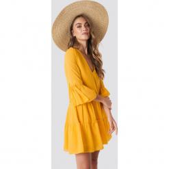 NA-KD Boho Sukienka mini z dekoltem V - Yellow. Niebieskie sukienki boho marki NA-KD Boho, na imprezę, w koronkowe wzory, z koronki, na ramiączkach, mini. Za 121,95 zł.