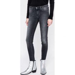 Wrangler - Jeansy Body Bespoke Winter Black. Szare jeansy damskie marki Wrangler, na co dzień, m, z nadrukiem, casualowe, z okrągłym kołnierzem, mini, proste. W wyprzedaży za 249,90 zł.
